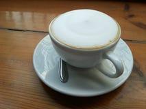 在木桌上的拿铁咖啡 免版税库存图片