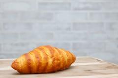 在木桌上的新月形面包 免版税图库摄影