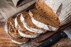 在木桌上的新近地被烘烤的面包 免版税图库摄影
