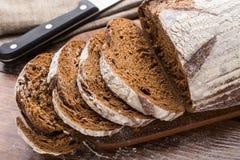 在木桌上的新近地被烘烤的面包 库存照片