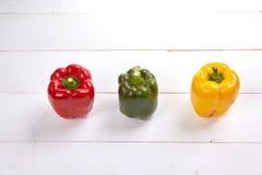 在木桌上的新鲜的五颜六色的甜椒箱子 免版税图库摄影