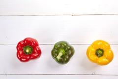 在木桌上的新鲜的五颜六色的甜椒箱子 库存图片