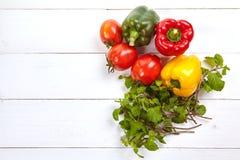 在木桌上的新鲜的五颜六色的甜椒箱子 免版税库存图片