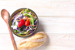 在木桌上的新鲜的健康沙拉 免版税图库摄影