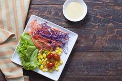 在木桌上的新鲜的健康沙拉 免版税库存图片
