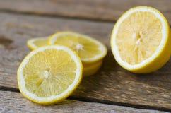 在木桌上的新鲜的切的柠檬 图库摄影