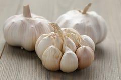在木桌上的新鲜的大蒜 免版税库存图片