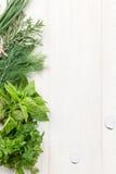在木桌上的新鲜的庭院草本 免版税库存图片