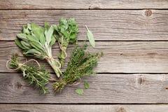 在木桌上的新鲜的庭院草本 库存照片