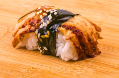 在木桌上的新鲜的开胃海鲜寿司 图库摄影