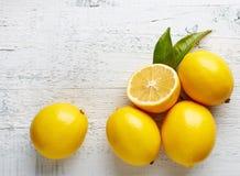 在木桌上的新鲜的成熟柠檬 免版税库存照片