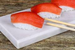 在木桌上的新鲜的日本三文鱼寿司 免版税图库摄影