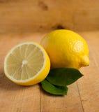 在木桌上的新鲜的柠檬 图库摄影