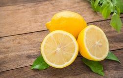 在木桌上的新鲜的柠檬 库存照片
