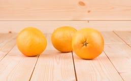 在木桌上的新鲜的桔子 免版税图库摄影