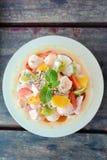 在木桌上的新鲜的瓜水果沙拉 免版税库存图片