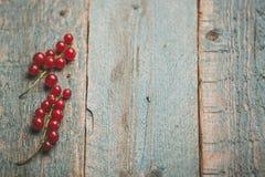 在木桌上的新鲜的红浆果 库存照片