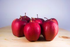 在木桌上的新鲜的红色苹果 图库摄影