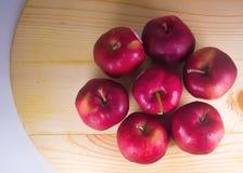 在木桌上的新鲜的红色苹果 免版税图库摄影
