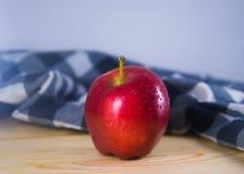 在木桌上的新鲜的红色苹果 库存照片