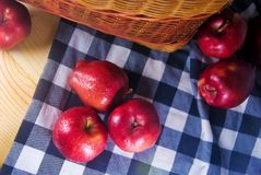在木桌上的新鲜的红色苹果 库存图片