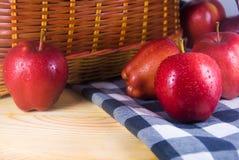 在木桌上的新鲜的红色苹果 免版税库存图片