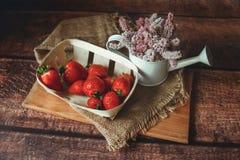 在木桌上的新鲜的红色草莓 库存照片