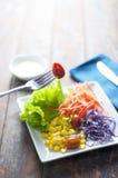 在木桌上的新鲜的红色蕃茄和菜沙拉 库存照片