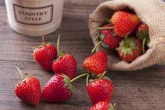 在木桌上的新鲜的草莓健康概念的 库存照片