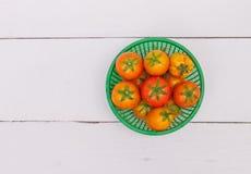 在木桌上的新鲜的蕃茄篮子 库存图片