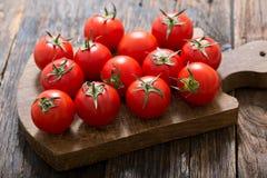 在木桌上的新鲜的蕃茄 免版税图库摄影