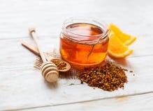 在木桌上的新鲜的蜂蜜 免版税库存图片