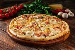 在木桌上的新鲜的被烘烤的意大利薄饼 快餐 免版税库存图片