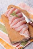 在木桌上的新鲜的鸡 免版税库存照片