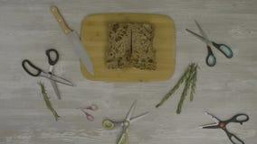 在木桌上的新鲜面包 在桌上是很多剪刀,刀子, instagram的抽象 股票录像