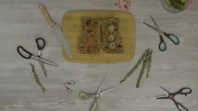在木桌上的新鲜面包 在桌上是很多剪刀,刀子, instagram的抽象 影视素材