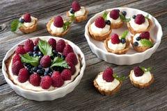 在木桌上的新鲜水果馅饼 免版税库存照片
