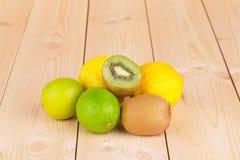在木桌上的新鲜水果 免版税库存照片