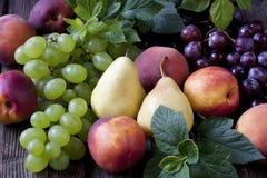 在木桌上的新鲜水果 免版税库存图片