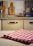在木桌上的方格的桌布在厨房背景 库存照片