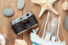 在木桌上的旅行和假期项目 免版税库存图片