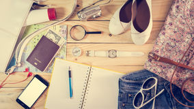 在木桌上的旅行概念 免版税库存照片