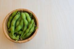 在木桌上的日本绿色大豆豆 免版税库存照片