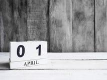 在木桌上的木刻日历 免版税库存照片