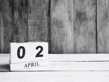 在木桌上的木刻日历 库存图片