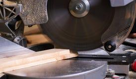 在木桌上的木匠工具与圆的锯木屑看见了 切开一个木板条 免版税库存图片