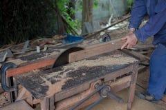在木桌上的木匠工具与圆的锯木屑看见了 鲤鱼 免版税库存照片