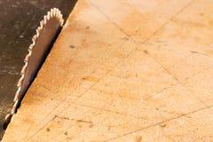 在木桌上的木匠工具与圆的锯木屑看见了 鲤鱼 免版税库存图片