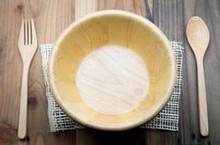 在木桌上的木碗 库存照片