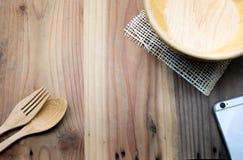 在木桌上的木碗 免版税库存照片